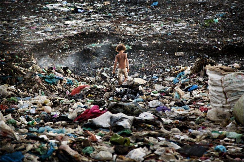 PÅ DYNGA: Khoeun Srey Mao (10) har åtte søsken og sammen med resten av familien er de blant de 2000 registrerte arbeiderne som jobber seg gjennom 700 tonn søppel daglig på denne søppeldyngen i Kambodsja. Foto: KARIN BEATE NØSTERUD