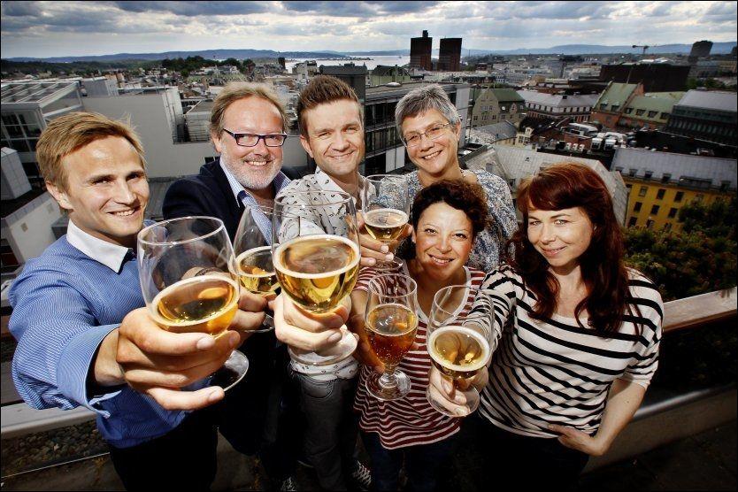 CIDERPANELET: Juryen i arbeid på toppen av VG-huset. Bak fra venstre: Ørjan Lundmark, premiert vinkelner og daglig leder på Bølgen & Moi Tjuvholmen. Espen Smith, ølkåsør og ølbokforfatter. Erfaren deltager i flere av VGs tidligere smakspanel. Gunnar Skoglund, vinkompetanse fra Wine & Spirit Education Trust og innehaver av vinbloggen husetsvin.com. Merete Crowo, administrasjonssjef i VG og habil ciderdrikker med oppvekst i England. Foran fra venstre: Ida Faldbakken, bartender og arrangement- og markedsansvarlig på utestedet Tilt i Oslo.Hanne Stensvold, frilans matjournalist, forfatter, og matblogger på matmisjonen.no.