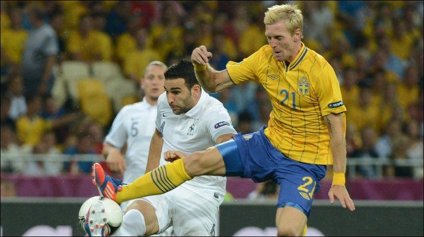 TIL NORGE? Christian Wilhelmsson i duell med Frankrike-stopper Adil Rami i svenskenes 2-0-seier. Foto: AFP