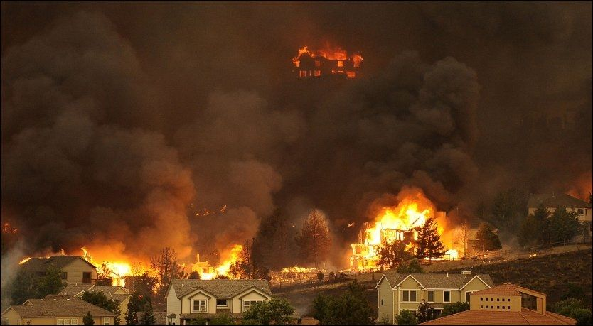 Tusenvis rømmer fra flammehav i USA