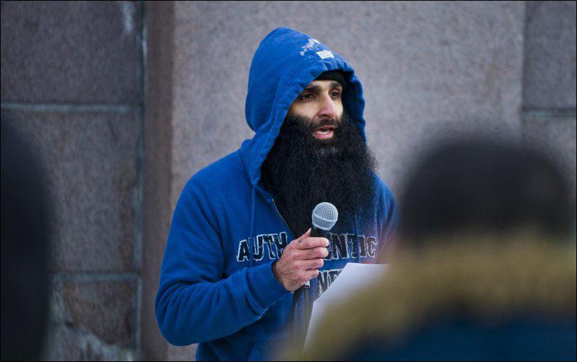VET HVEM: Arafan Bhatti vet hvem den terrortrente nordmannen er, men nekter for at han er en del av hans vennekrets. Bildet er fra en appell utenfor for Stortinget. Foto: FRODE HANSEN/ VG