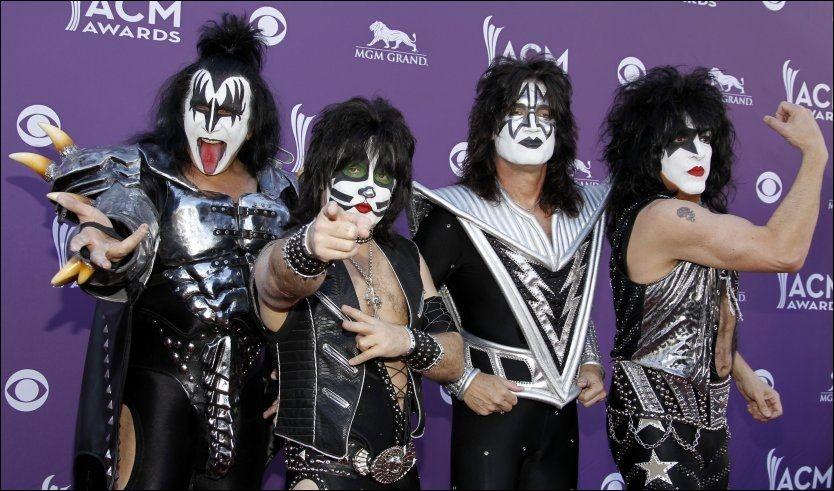 ROCKEVETERANER: Gene Simmons, Eric Singer, Tommy Thayer og Paul Stanley, her avbildet i april i år, holder stilen. Foto: AP Foto: