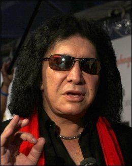USMINKET: Men Gene Simmons (62) viser seg sjelden uten sorte briller. Her på en musikkgalla tidligere i år. Foto: Wenn.com