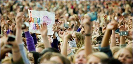 FOLKSOMT: Flere tusen nordmenn samlet seg på Operaen i Oslo da Justin Bieber holdt konsert. Foto: Sara Johannessen (VG).