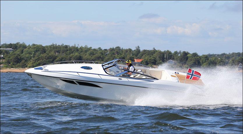 LINJELEKKER: Lav og lekker båt som fatisk har noe retro over seg. Foto: Frode Pedersen (Båtliv)