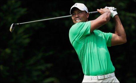 KJEMPER OM NY SEIER: Tiger Woods ligger kun ett slag bak Brendon de Jonge i PGA-turneringen i Maryland. Foto: Afp