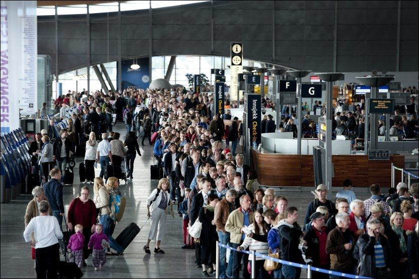 Nye problemer for reisende: Det kan bli store forsinkelser i flytrafikken i sommer selv uten streik. Flykontrollsentralen i Røyken har 243 ledige sommervakter. Bildet er hentet fra Gardermoen under vekterstreiken tidligere i år. FOTO: ESPEN BRAATA/VG