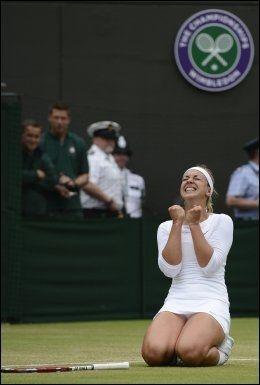 KNESTÅENDE: Sabine Lisicki klarte ikke å skjule gleden da hun sendte verdens beste tennisspiller ut av verdens mest prestisjefulle turnering. Foto: Reuters