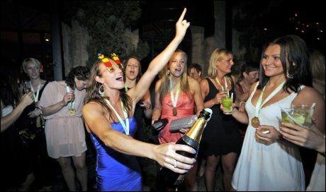 BARE PÅ BANKETT: Camilla Herrem mener det er ok med en fest etter mesterskapet, men ikke underveis. Her jubler hun for VM-gullet i Sao Paulo i Brasil i fjor. Foto: Bjørn S. Delebekk, VG