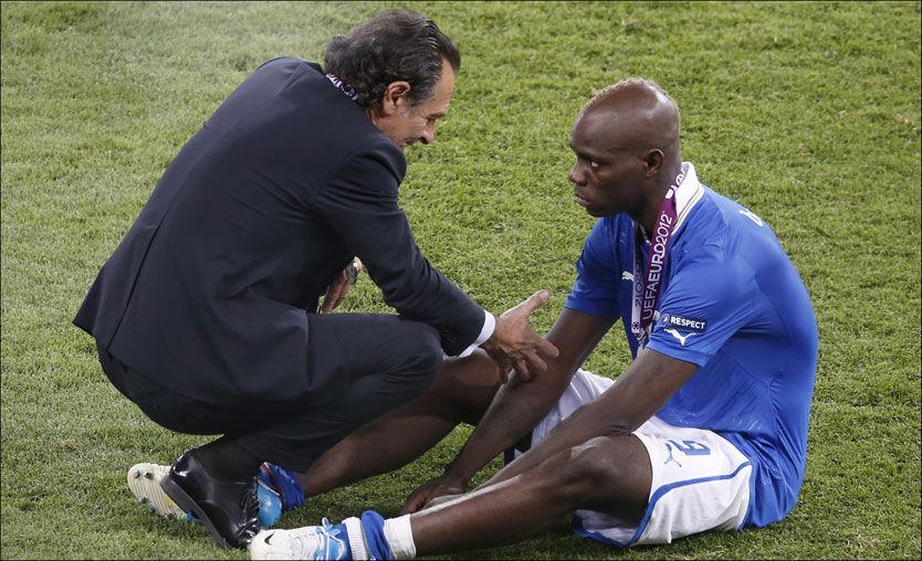 Slik trøstet Prandelli en gråtende Balotelli