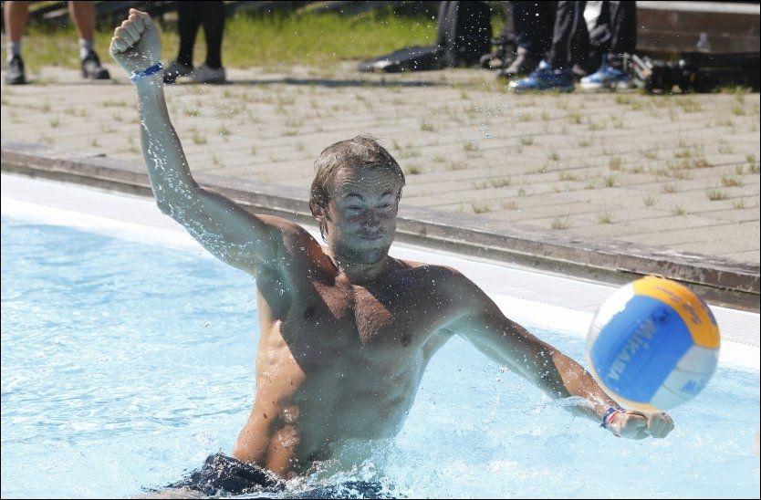 BADE-PETTER: Petter Northug lekte seg i bassenget etter at langrennsguttene hadde løpt opp alpinbakken på Hafjell. Foto: Terje Bendiksby, NTB Scanpix