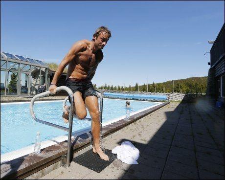 LANDKRABBE: Petter Northug hopper ut av bassenget etter en kald dukkert på Hafjell. Foto: Terje Bendiksby, NTB Scanpix