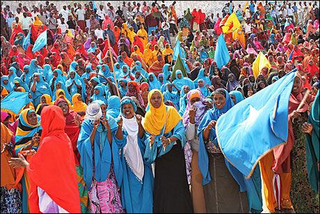 - MER STABILT: Regjeringen mener det er tegn på en positiv utvikling i det krigsherjede landet på Afrikas horn. Søndag 1. juli feiret folk i Mogadishu nasjonaldagen - 42 år etter at landet fikk sin selvstendighet. Foto: AFP
