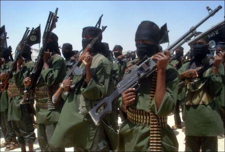 TRUSSELEN: Her er soldater fra al-Shabaab avbildet i hovedstaden Mogadishu. Trusselen fra den islamistiske terrororganisasjonen har de siste årene vært en viktig årsak til ustabiliteten for sivilbefolkningen i Somalia. Foto: AFP
