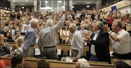 FULL JUBEL: Det brøt ut jubel når CERNs forskere presenterte resultatet av letingen etter Higgs boson, onsdag. Foto: Denis Balibouse, Ap, NTB Scanpix