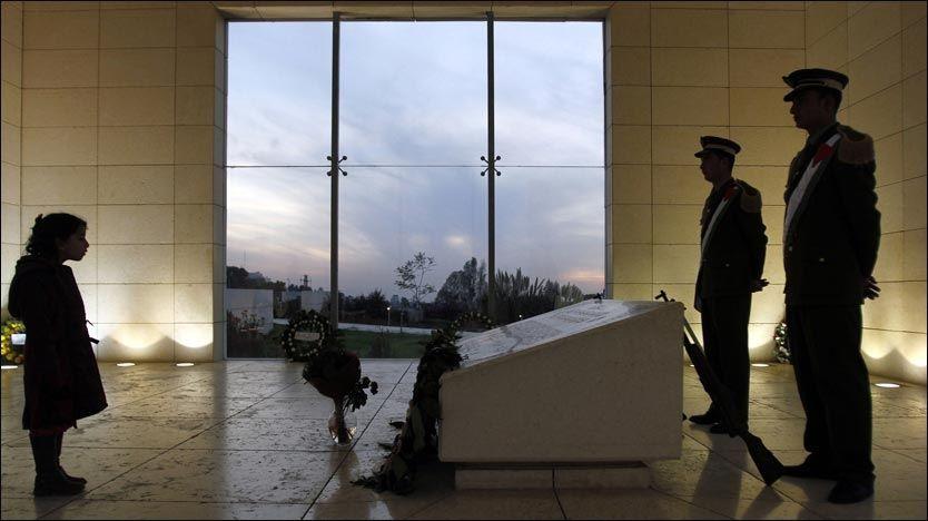 VURDERER Å ÅPNE GRAVEN: Yasir Arafat er gravlagt i byen Ramallah på Vestbredden. Bildet er tatt 10. november i fjor, sju år etter at den palestinske lederen døde. Foto: Reuters