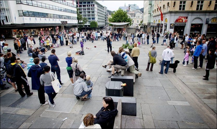 OVER HUNDRE PLAKATER: Det henger over hundre plakater over hele Bergen sentrum, og nå varsler NRK-journalisten politianmeldelse. Dette bildet er fra Torgallmenningen i Bergen. Foto: Henning Carr Ekroll/VG.