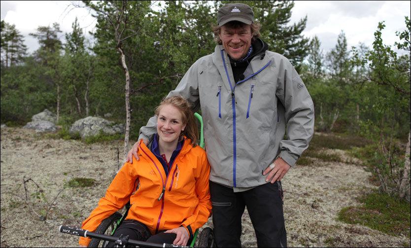 RØRTE MANGE: Birgit Røkkum Skarstein rørte mange med sin historie under «Ingen grenser» på NRK. Her er hun sammen med programleder Lars Monsen. Foto: NRK.