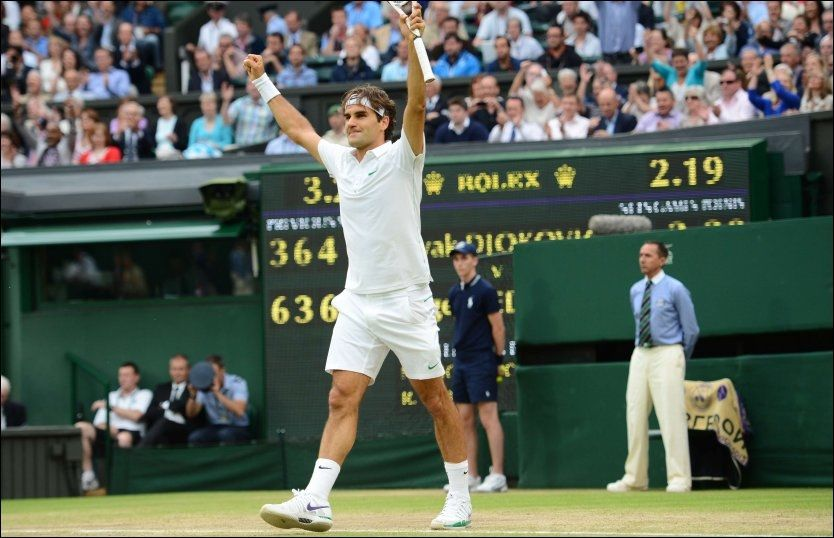 VANT: I dagens semifinale tennis single i Wimbledon slo sveitsiske Roger Federer den serbiske konkurrenten Novak Djokovic. Foto: Afp/ Leon Neal
