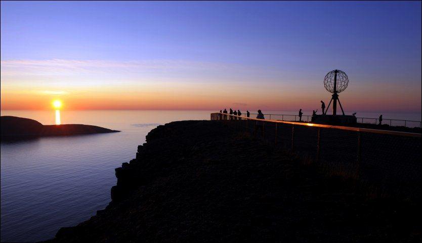SLÅTT PÅ: Midnattsol fremstår som eksotisk for utenlandske turister i Norge. I dette tilfellet er midnattsolen «slått på» ved Nordkapp i Finnmark. Foto: TERJE MORTENSEN