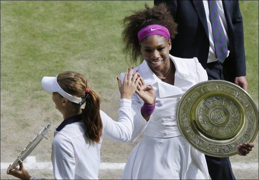 STRÅLTE: Serena Williams var meget fornøyd etter å ha vunnet finalen i London i dag. Her takker hun Agnieszka Radwanska for kampen. Foto: AP