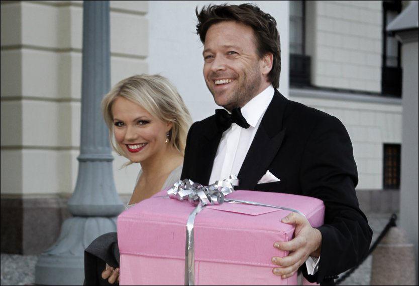 FESTKLAR: Her er Lene Marlin og samboer Kåre Conradi på Slottsplassen i anledning prinsesse Märtha Louises 40 års-dag i 2011. Foto: Nils Bjåland, VG