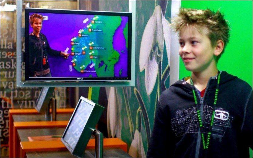 VÆR DEG SELV: I det høyteknologiske værmelder-studioet på VilVite-sentret i Bergen lager du din egen værmelding - og e-postsender videosnutten hjem til deg selv etterpå. Foto: VilVite