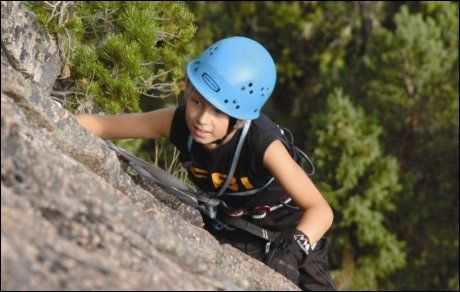 UNG KLATRER: Jonatan klatrer på Ulriken, i regi av Bergen Base Camp. Foto: Anne Gunn Rosvold