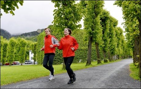 SPREK TURISME: Erik Eidsheim og Marie Serina Dworak tar turistene med på joggesightseeing i Bergens gater. Foto: Gøran Bohlin