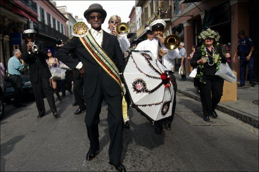 MOLDEVENN: Lionel Batiste fra jazzbyen New Orleans ledet også i år opptoget gjennom Moldes gater som markerer åpningen av Moldejazz. FOTO: AP