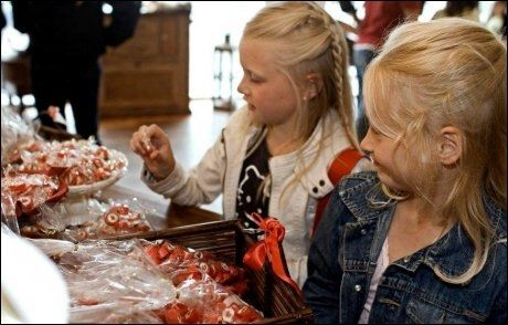 ELLE MELLE: Hvilket skal vi velge? Drops i alle farger og fasonger fascinerer de yngste i Løkken.