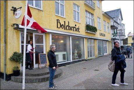 MIDT I BYEN: I ett av Løkken gule hus finner du dropsfabrrikken. Foto: Gøran Bohlin