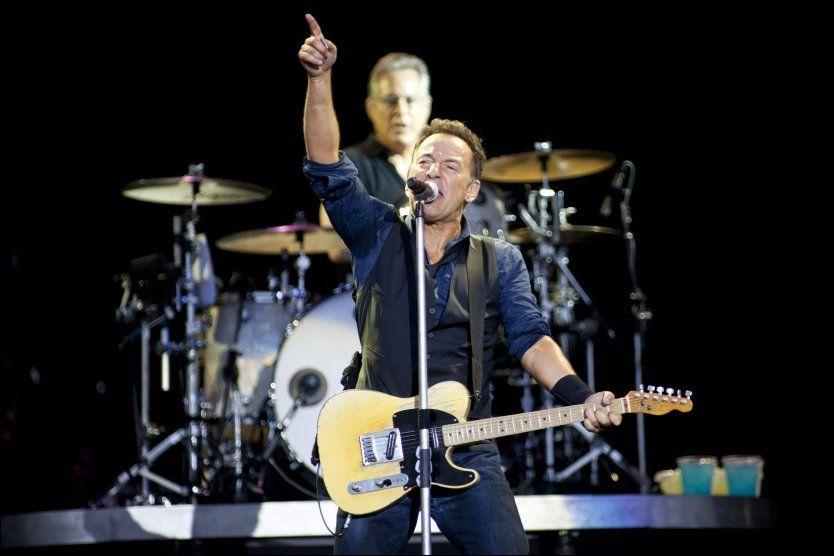 I STORFORM: Nærmere 100 000 nordmenn kan glede seg til rockens ubestridte sjef, Bruce Springsteen, kommer til Norge med sitt E Street Band om kun to uker, mener VGs anmelder som fikk med seg gjengens unike - og tre timer lange - festivalkonsert på Roskilde lørdag natt. Foto: Martin Rosenauer / AFP / NTB scanpix
