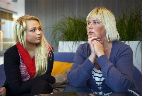 SINTE PÅ TELENOR: Telenors callsenter sendte grov SMS til 16 år gamle Maiken Fredriksen. Hun og mor Mette Fredriksen er glad for Telenors unnskyldning, men mener den kommer for sent. Foto: Helge Mikalsen