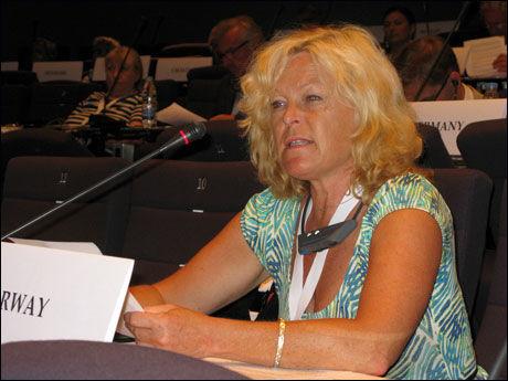 LA FRAM RESOLUSJON: Stortingsrepresentant Åse Michaelsen la søndag fram resolusjonen om transnasjonale straffeoppgjør i Monaco. Foto: OSCE Parlaimentary Assembly