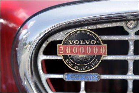 EKSKLUSIVT MERKE: Da bilen passerte to millioner miles (tilsvarer over 3,2 millioner kilometer) ble den utstyrt med dette merket på grillen. Foto: AP