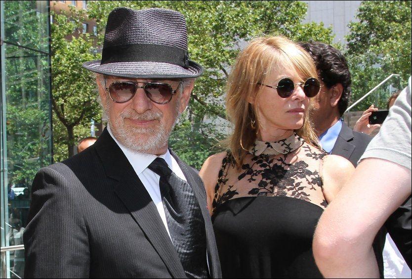 MANGE KJENTE: Steven Spielberg og Kate Capshaw var blant kjendisene som deltok i minnestunden til Nora Ephron. Foto: Afp