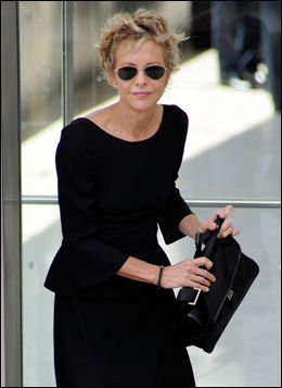 I SORT: Skuespillerinne Meg Ryan hadde på seg store, mørke solbriller og helsort antrekk. Foto: Getty Images/All Over Press