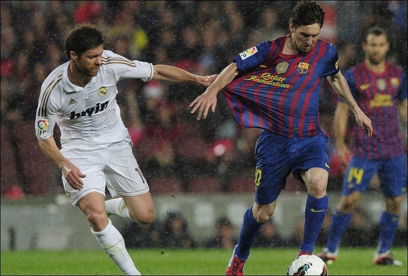 EL CLASICO: I april i år møttes Real Madrids Xabi Alonso og Barcelonas Lionel Messi i El Clasico, det samme gjør de 7.oktober. Foto: Afp/ Josep Lago