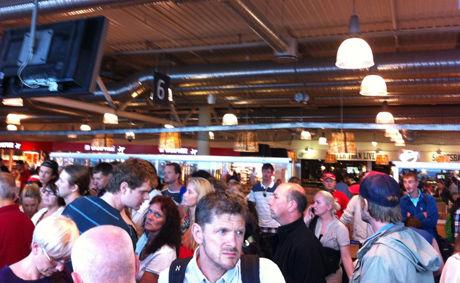 KANSELLERT: Slik så det ut på Rygge flyplass i Østfold da passasjerene mandag fikk beskjed om at flyene var kansellert fordi innflygningskontrollen sto ubemannet Foto: Silje Strømland