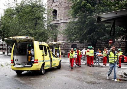 I NORGE: Ambulanse opg redningspersonell etter bomben i regjeringskvartalet i Akersgata 22. juli 2011. Foto: Nils Bjåland/VG.