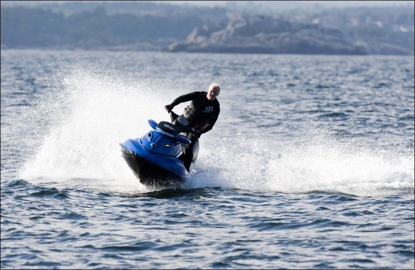 LAGER BØLGER: Raymond Mørk-Olsen hevder vannscootere er støysvake, og imøtegår påstanden om at de er miljøskadelige. Eksosen slippes ut under vann og gir lite lyd. Foto: ALF ØYSTEIN STØTVIG, VG