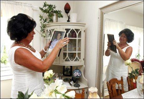 MINNER: Erna Olset tenner hver dag et lys for sønnen Robert, som døde i august 2010. Foto: Hallgeir Vågenes/VG