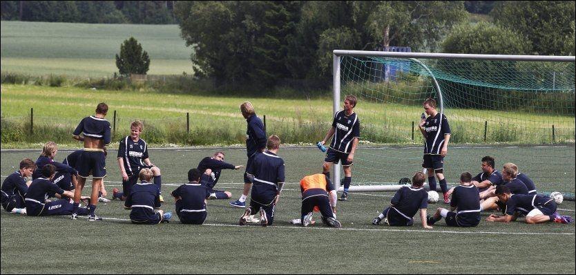 HAR GITT SEG SELV MUNNKURV: Follo-spillerne ønsker ikke at noen av lagkameratene som er utsatt for rykter i kampfiksinssaken skal stå fram. Her er hele A-laget avbildet under en treningsøkt mandag. Foto: Nils Bjåland, VG