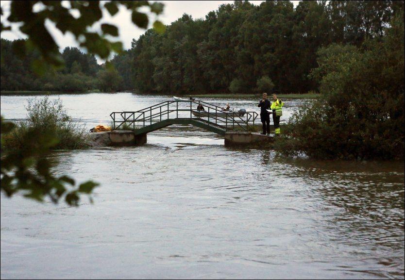 FALT UNDER LEK: Jenta skal ha falt fra denne broen i 20-tiden torsdag kveld. En rekke personer deltar i letingen. Foto: Nils Bjåland
