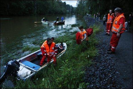 HJELPER TIL: I tillegg til redningskøyten fikk Røde Kors låne private båter for å hjelpe i søket. Foto: Nils Bjåland