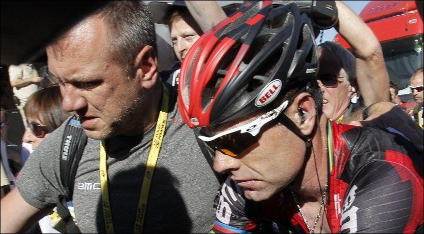 SLUTTKJØRT: Cadel Evans ble parkert mot slutten av gårsdagens brutale Tour de France-etappe. Nå virker fjorårsvinneren sjanseløs på å forsvare sammenlagtseieren. Foto: Reuters
