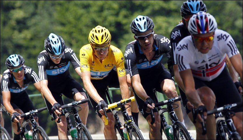 PÅ VEI MOT SUKSESS: Sky-rytterne med Edvald Boasson Hagen foran og sammenlagtleder Bradley Wiggins i gul trøye holder stødig kurs mot Champs-Élysées. Foto: Scanpix/Reuters.