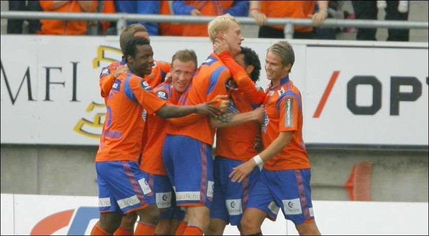 JUBEL: Aalesund-spillerne feirer scoring og etter hvert seier. Foto: Svein Ove Ekornesvåg, NTB Scanpix
