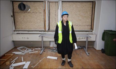 ARBEIDSGIVER: Fornyings- og administrasjonsminister Rigmor Aasrud har arbeidsgiveransvaret i departementene. Her viser hun pressen skadene i Regjeringskvartalet, etter 22. juli. FOTO: JØRGEN BRAASTAD / VG